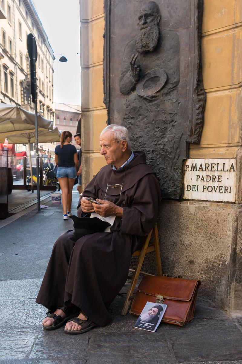 Szerzetes Bologna utcáján