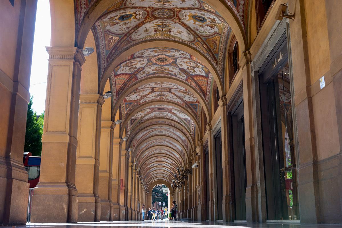 Jellegzetes árkádos utca Bologna belvárosában