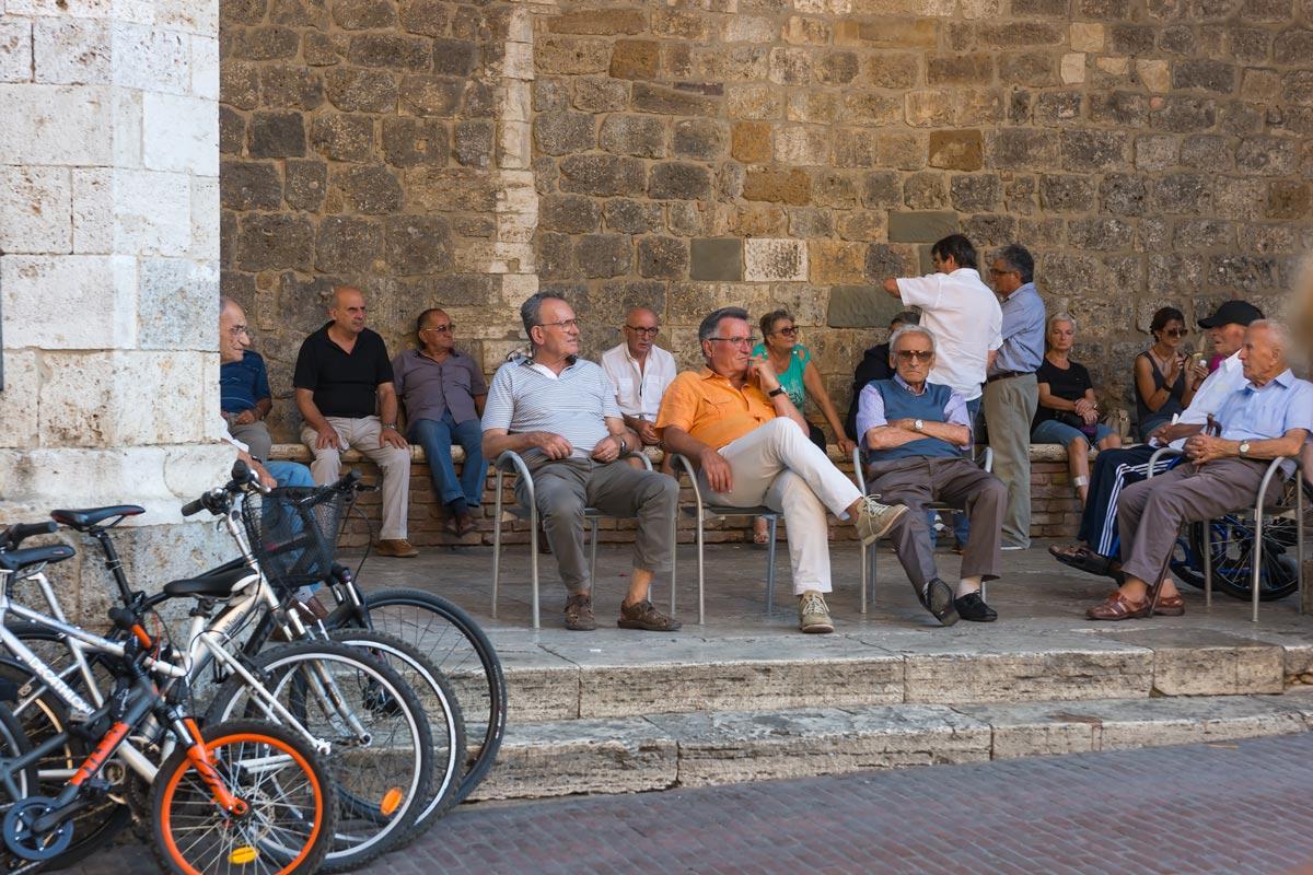 San Gimgnano - a bámészkodó helyiek