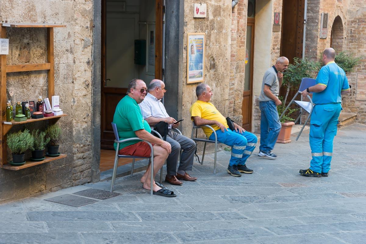 San Gimgnano - helyiek turistanézőben