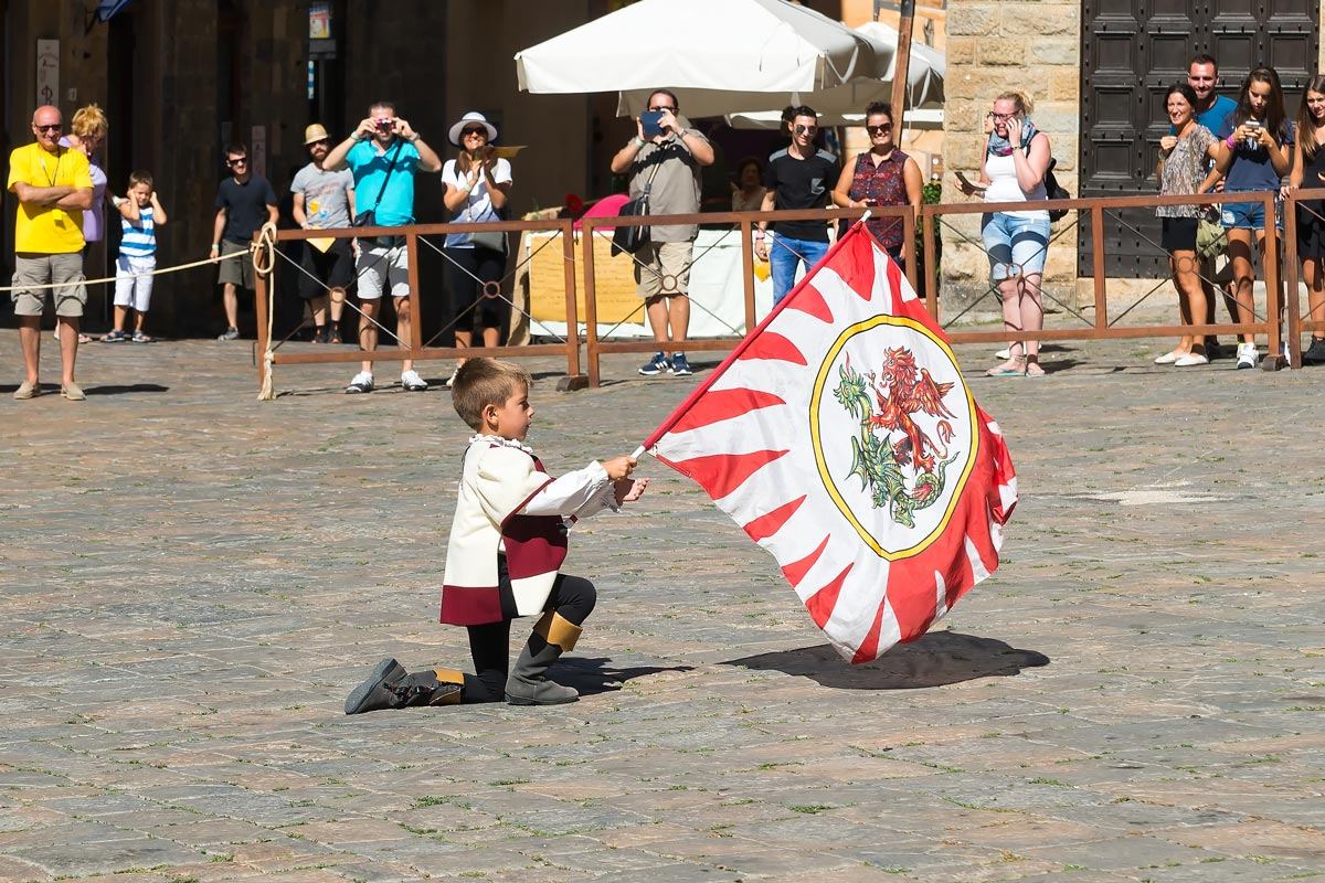 Volterra AD 1398 Festival - a legfiatalabb sbandieratore, vagyis zászlóreptető