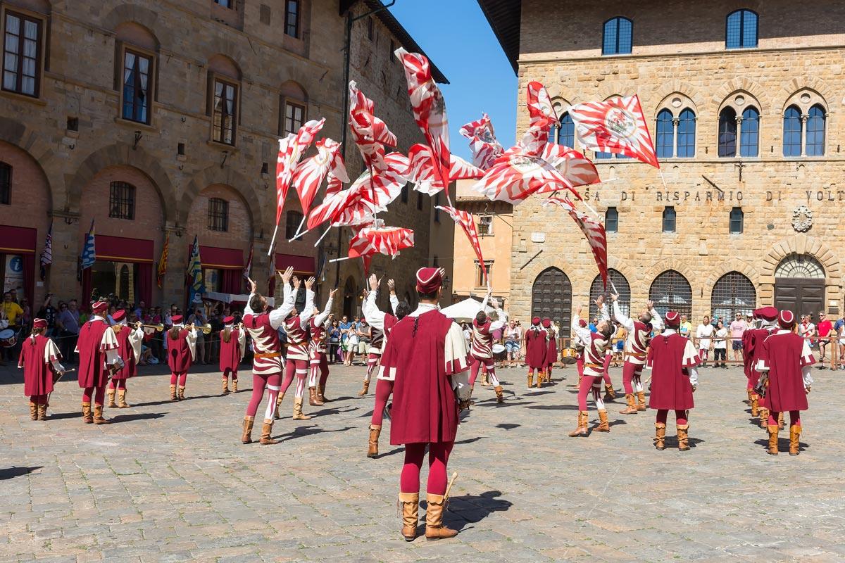 Volterra AD 1398 Festival - Giochi di Bandiere, a zászló-show