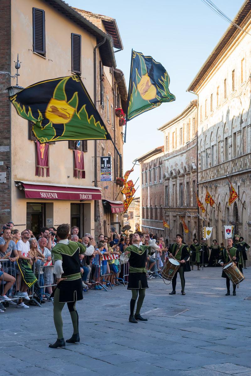 Bravio delle Botti di Montepulciano - a zászló-reptetők