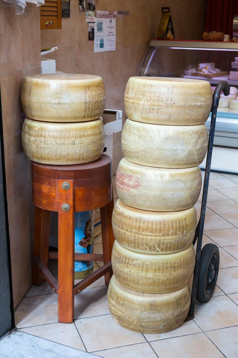Parmigiano Regiano tömbök, vagyis parmezán Livorno piacán