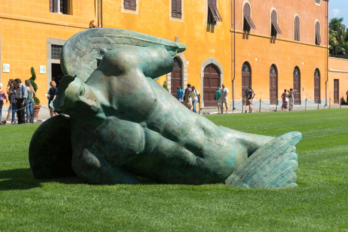 Pisa, Toscana - modern szobor a Piazza dei Miracoli füvén