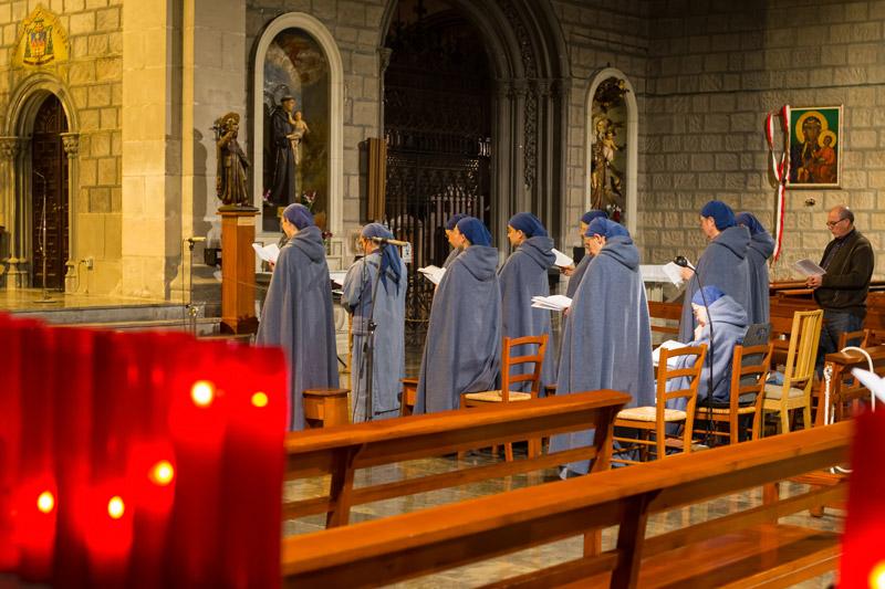 Csendes, áhítatos szertartás a Catedral de Barcelona -ban karácsonykor