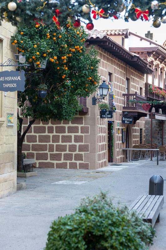 Karácsonyi dísz és élő, érett narancs egy helyen. Ez a Poble Espanyol, Barcelona