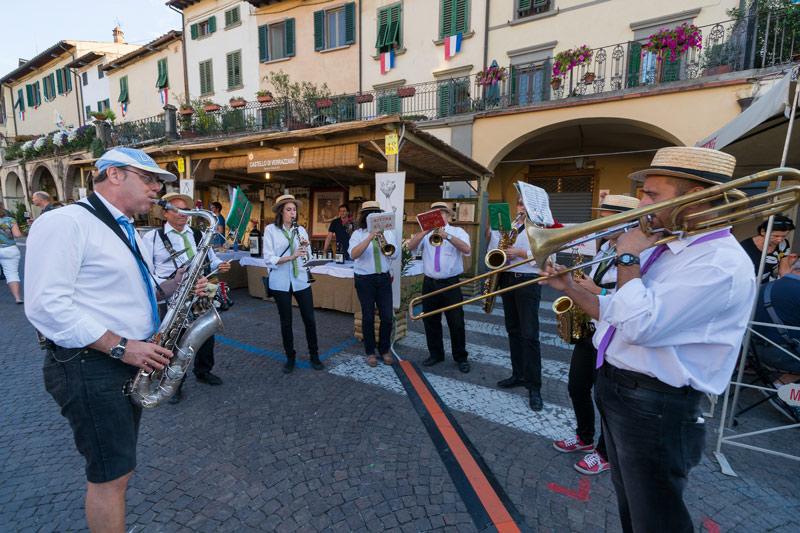 Helyiekből álló zenekar játszik a Chianti Classico fesztiválon. Greve in Chianti