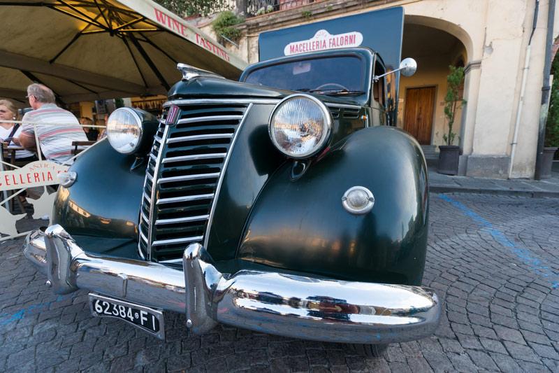 Egy legendás autó a legendás Macelleria Falorni előtt Greve in Chianti főterén