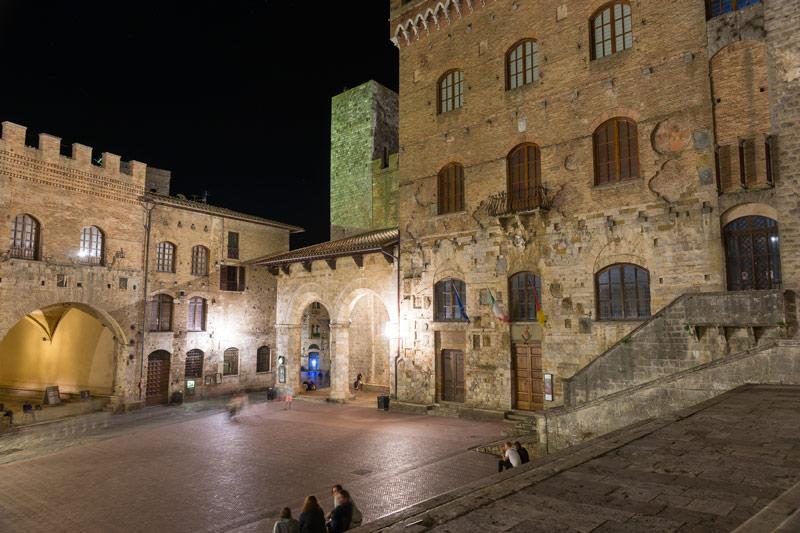 Csak elvétve látni embereket a téren éjjel. San Gimignano