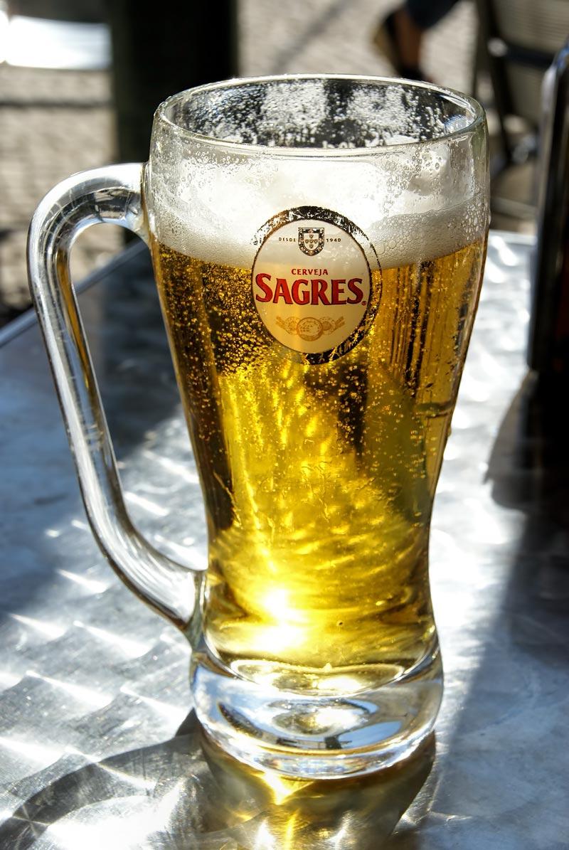 Egyedi formájú, messziről felismerhető korsó, benne a Portugáliában talán legnépszerűbb Sagres