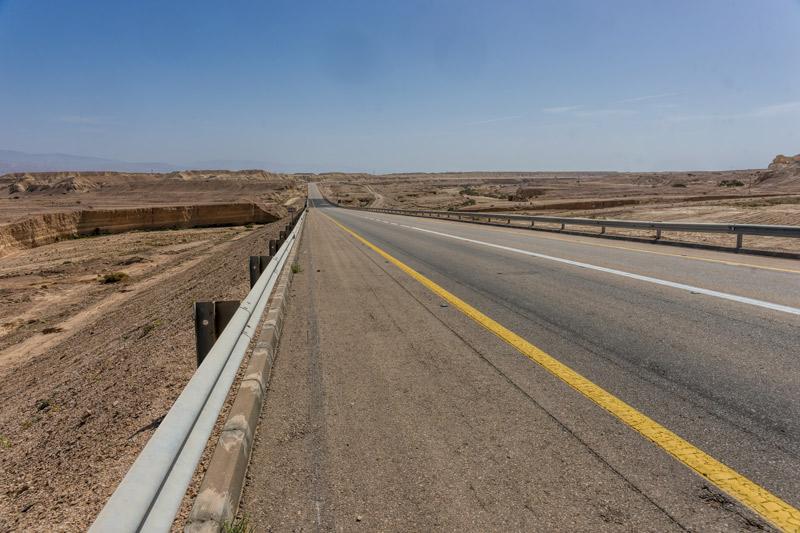 Országút a sivatag közepén. Száz kilométereken keresztül sziklák, ameddig a szem ellát