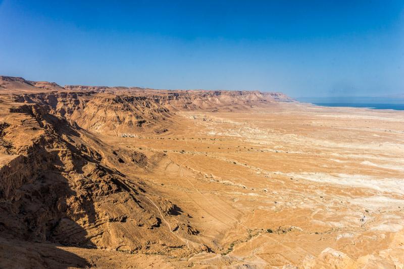 Hegyek a Holt-tenger partján. Jól látható hogy egykor milyen magas volt a vízszint