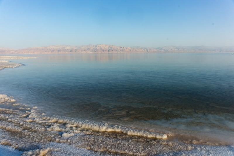 Holt-tenger - só a parton, kopár hegyek a távolban