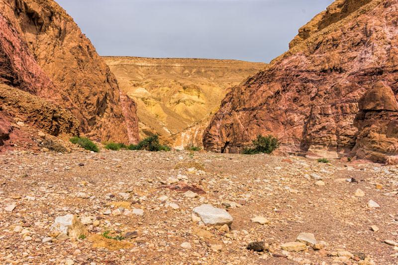 Minden réteg, minden szikla különböző színű, ilyen a Negev sivatag