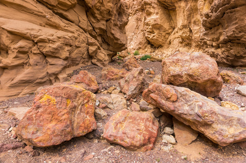 Egy vádi, kiszáradt folyómeder, benne színes sziklák, melyeket az időszakos folyó görget és formál